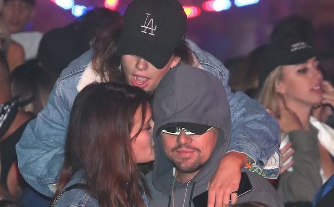 Tài tử Leonardo Dicaprio được tình trẻ kém 23 tuổi và thiếu nữ lạ ôm hôn nơi đông người