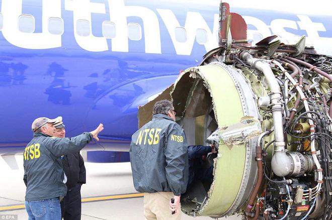 Máy bay bị nổ động cơ ở độ cao hơn 9.700m, nữ phi công anh hùng bình tĩnh hạ cánh, cứu sống hơn 100 người - Ảnh 1.
