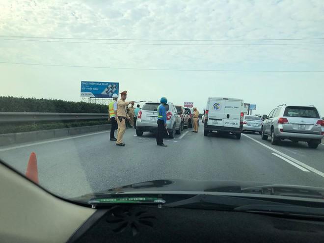 5 ô tô dồn toa trên cao tốc Pháp Vân - Cầu Giẽ - Ảnh 1.