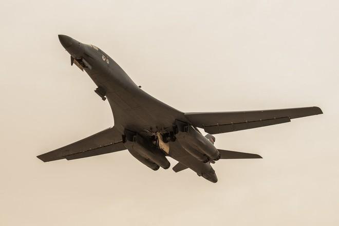 Điểm mặt tất cả máy bay tham gia tấn công Syria: Mỹ dùng loại nào áp chế phòng không Nga? - Ảnh 2.