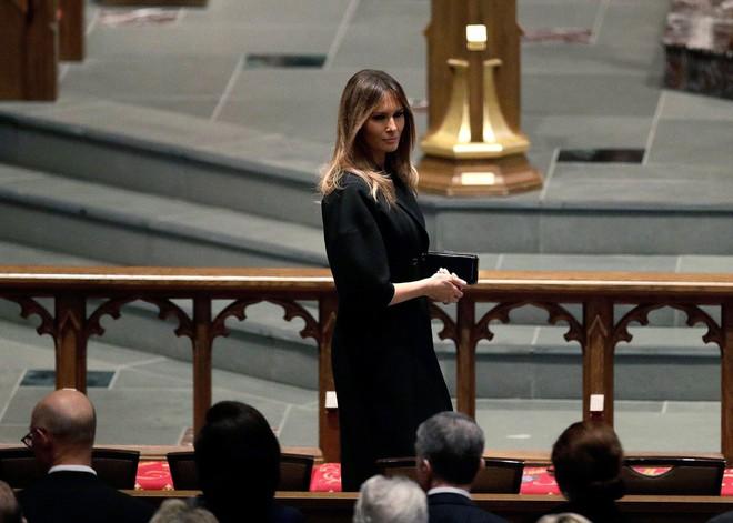 Người Mỹ bàn tán về nụ cười của bà Melania với ông Obama tại lễ tang cựu đệ nhất phu nhân Barbara Bush - Ảnh 3.