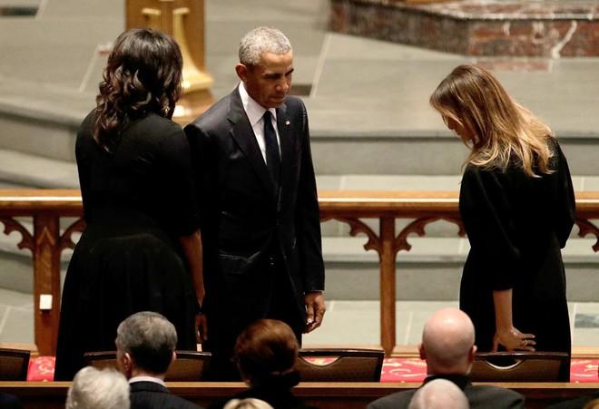 Người Mỹ bàn tán về nụ cười của bà Melania với ông Obama tại lễ tang cựu đệ nhất phu nhân Barbara Bush - Ảnh 5.