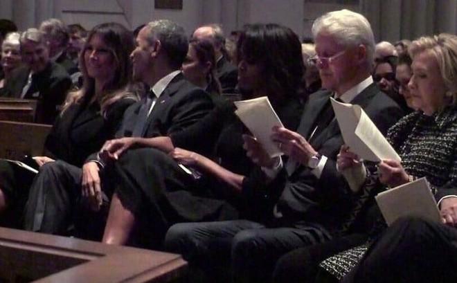 Người Mỹ bàn tán về nụ cười của bà Melania với ông Obama tại lễ tang cựu đệ nhất phu nhân Barbara Bush