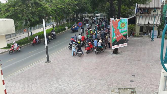 Nhân chứng kể phút thầy giáo sát hại người yêu trên đường ở Sài Gòn - Ảnh 1.
