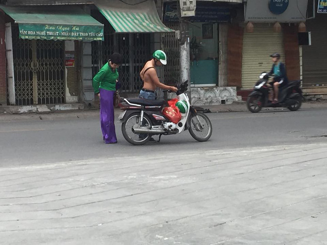 Chiếc khăn trải lên yên xe và lời nói ngại ngùng của tài xế Grabbike  - Ảnh 2.