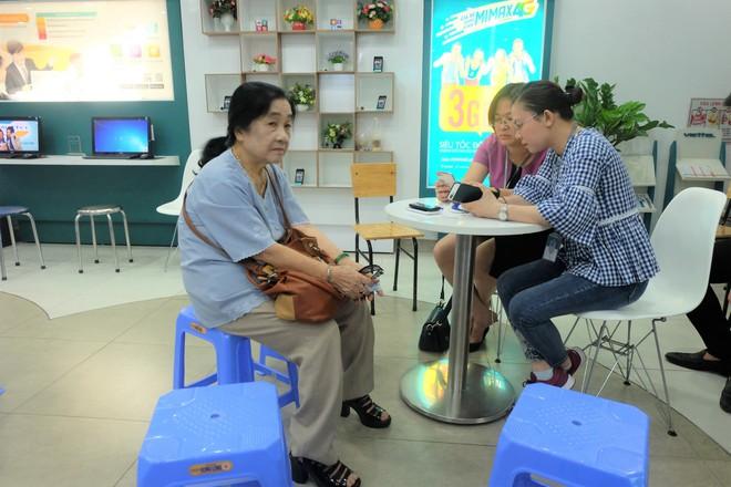 Các văn phòng Viettel Hà Nội vắng vẻ trong ngày đầu lùi hạn bổ sung thông tin thuê bao - Ảnh 3.