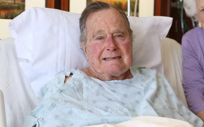 1 ngày sau đám tang vợ, cựu tổng thống George Bush may mắn thoát cơn nguy kịch