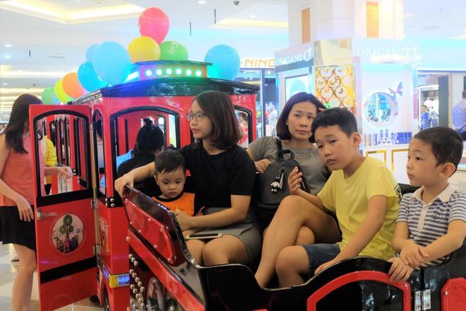 Bế con nhỏ đội mưa đến các điểm vui chơi ở Hà Nội trong ngày giỗ Tổ Hùng Vương - Ảnh 3.