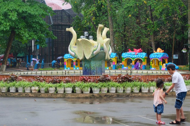 Bế con nhỏ đội mưa đến các điểm vui chơi ở Hà Nội trong ngày giỗ Tổ Hùng Vương - Ảnh 7.