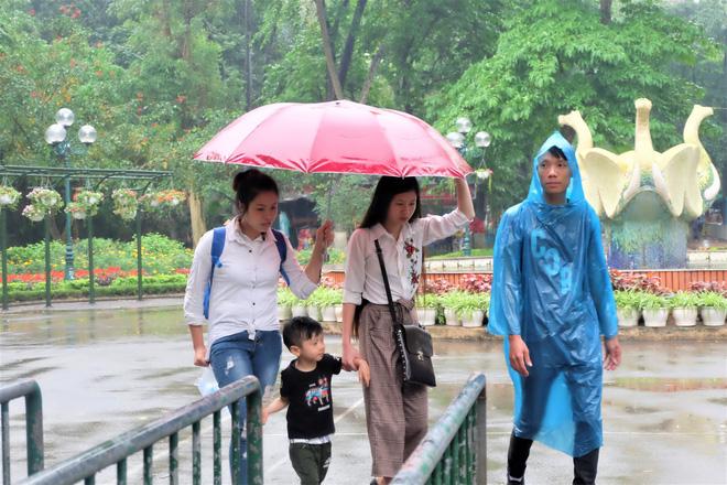 Bế con nhỏ đội mưa đến các điểm vui chơi ở Hà Nội trong ngày giỗ Tổ Hùng Vương - Ảnh 8.