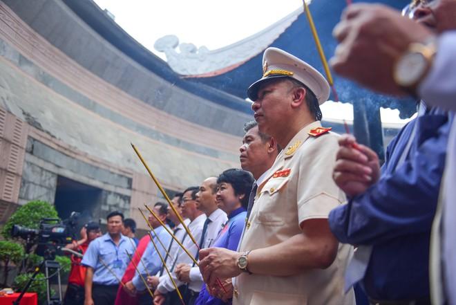 Hàng nghìn người Sài Gòn dâng hương tưởng nhớ vua Hùng - Ảnh 4.