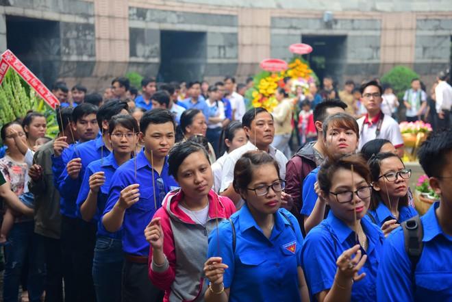 Hàng nghìn người Sài Gòn dâng hương tưởng nhớ vua Hùng - Ảnh 11.