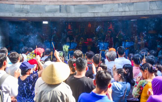 Hàng nghìn người Sài Gòn dâng hương tưởng nhớ vua Hùng - Ảnh 12.