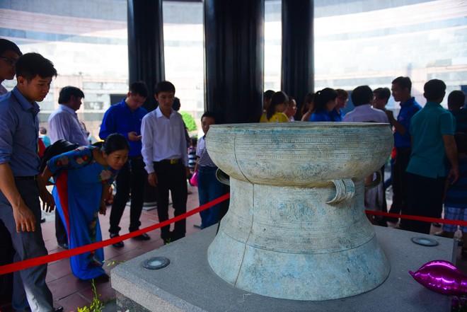 Hàng nghìn người Sài Gòn dâng hương tưởng nhớ vua Hùng - Ảnh 9.