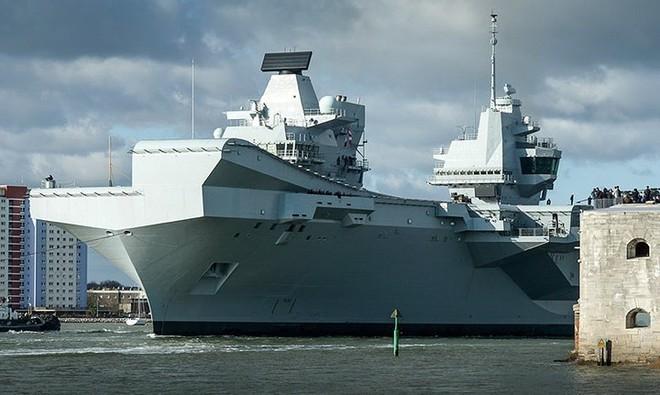 Ảnh: Tàu sân bay mạnh nhất hải quân Anh ra khơi với máy bay quân sự - Ảnh 1.