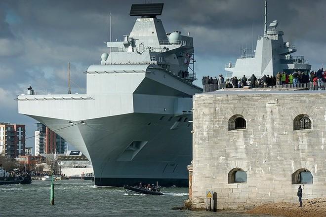Ảnh: Tàu sân bay mạnh nhất hải quân Anh ra khơi với máy bay quân sự - Ảnh 2.