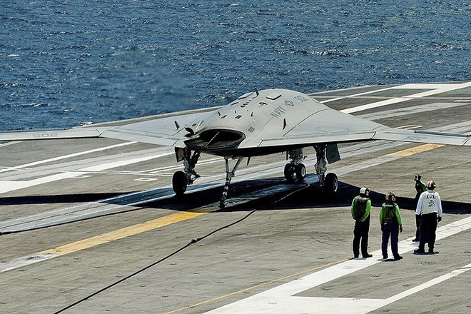 Ảnh: Tàu sân bay mạnh nhất hải quân Anh ra khơi với máy bay quân sự - Ảnh 11.