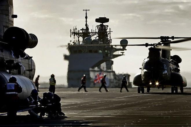 Ảnh: Tàu sân bay mạnh nhất hải quân Anh ra khơi với máy bay quân sự - Ảnh 6.