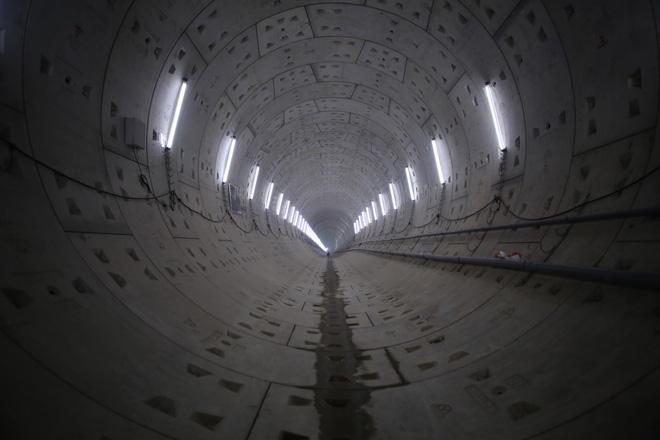 Robot khoan xong đường hầm metro thứ 2 ở Sài Gòn - Ảnh 1.