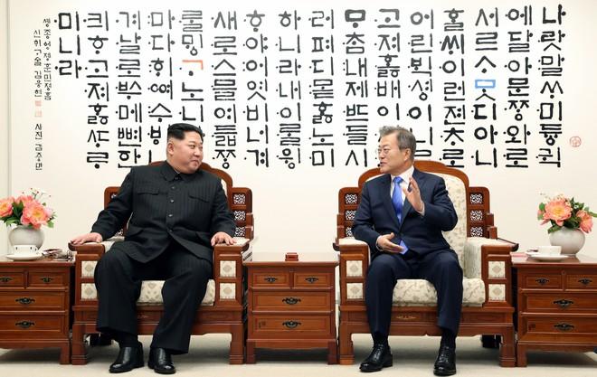 Giải mã bức tường đầy chữ phía sau hai nhà lãnh đạo Moon Jae-in và Kim Jong-un - Ảnh 1.