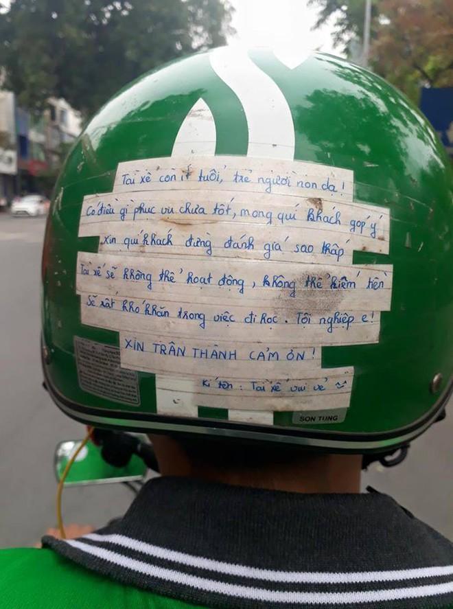 Vừa ngồi lên xe, khách đã giật mình với tờ giấy dán trên mũ bảo hiểm của tài xế Grabbike - Ảnh 1.