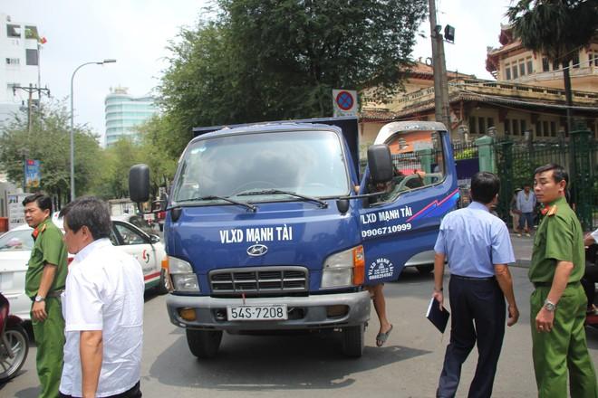 Ông Đoàn Ngọc Hải chạy bộ đuổi theo xe tải đi ngược chiều trên phố Sài Gòn - Ảnh 1.