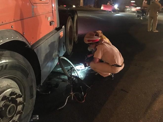 Người phụ nữ nhặt ve chai bị xe container ôm cua cán nát đôi chân - Ảnh 2.