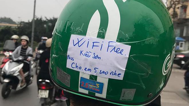 Vừa ngồi lên xe, khách đã giật mình với tờ giấy dán trên mũ bảo hiểm của tài xế Grabbike - Ảnh 3.