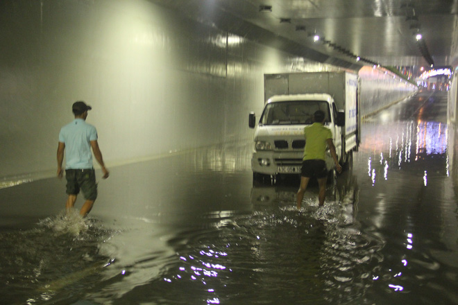 Hầm chui Điện Biên Phủ ngập nước hơn 1m, hàng loạt xe chết máy - Ảnh 1.