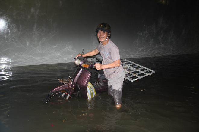 Hầm chui Điện Biên Phủ ngập nước hơn 1m, hàng loạt xe chết máy - Ảnh 4.