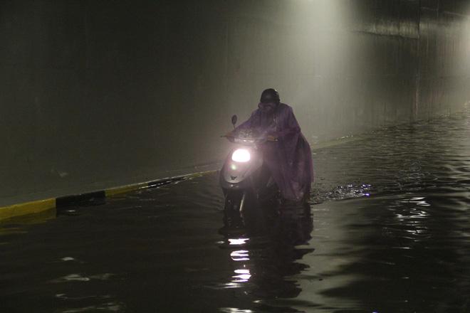 Hầm chui Điện Biên Phủ ngập nước hơn 1m, hàng loạt xe chết máy - Ảnh 3.