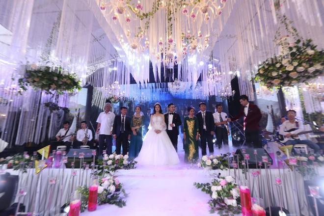 Hữu Công tiết lộ chi 2 tỷ cho đám cưới khủng, rộng 700m2, mời 1000 khách cùng sao hạng A về làng - Ảnh 1.