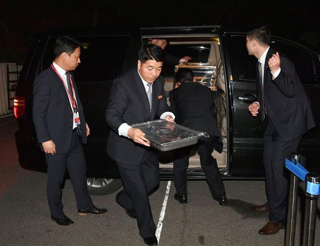 Hậu trường Thượng đỉnh: Tôn trọng đối phương, ông Kim Jong-un lẳng lặng ra ngoài hút thuốc - Ảnh 4.