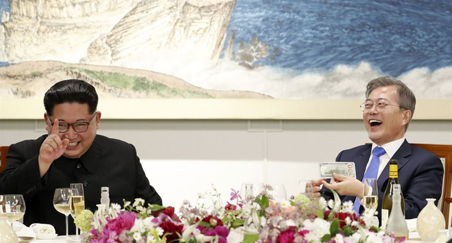Hậu trường Thượng đỉnh: Tôn trọng đối phương, ông Kim Jong-un lẳng lặng ra ngoài hút thuốc - Ảnh 6.