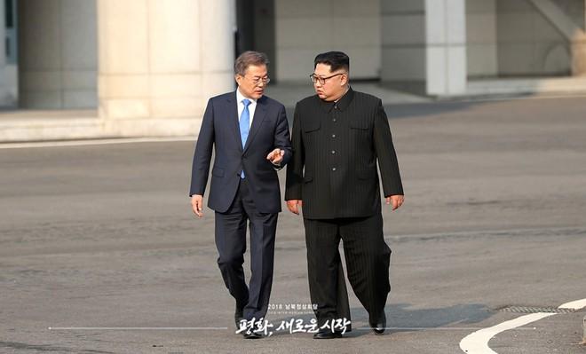Hậu trường Thượng đỉnh: Tôn trọng đối phương, ông Kim Jong-un lẳng lặng ra ngoài hút thuốc - Ảnh 1.