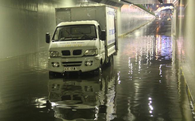 Hầm chui Điện Biên Phủ ngập nước hơn 1m, hàng loạt xe chết máy