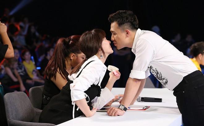 Trấn Thành và Hari Won tình tứ sau hậu trường quay gameshow
