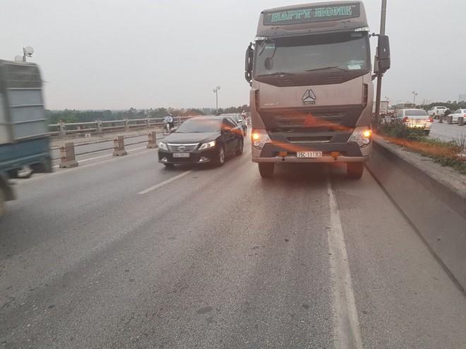 Xe hỏng giữa cầu Thanh Trì, tài xế bỏ đi khiến QL 5 ùn tắc nghiêm trọng - Ảnh 1.