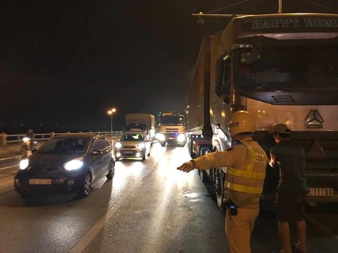Xe hỏng giữa cầu Thanh Trì, tài xế bỏ đi khiến QL 5 ùn tắc nghiêm trọng - Ảnh 2.
