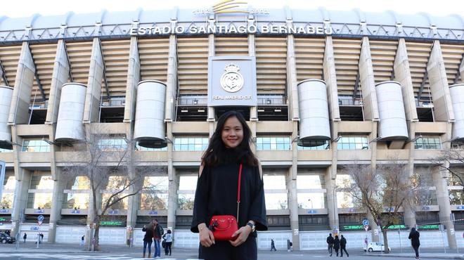 Fan nữ xinh đẹp của Chelsea dành cả thanh xuân thăm 14 SVĐ nổi tiếng nhất thế giới - Ảnh 3.