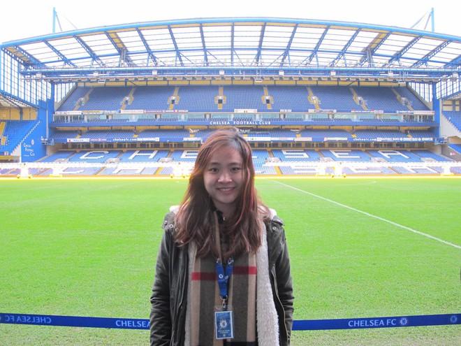 Fan nữ xinh đẹp của Chelsea dành cả thanh xuân thăm 14 SVĐ nổi tiếng nhất thế giới - Ảnh 2.