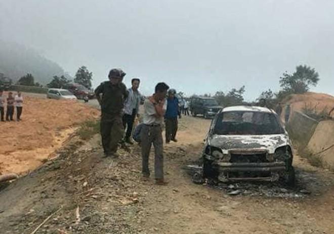 Gầm ô tô va đá cháy trơ khung trên đèo Đại Ninh - Ảnh 1.