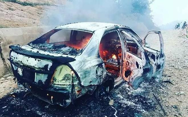 Gầm ô tô va đá cháy trơ khung trên đèo Đại Ninh - Ảnh 2.