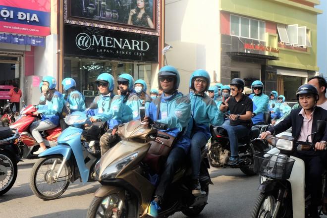 Nuối tiếc, hàng trăm tài xế xuống đường diễu hành trong ngày cuối cùng Uber ở Việt Nam - Ảnh 1.