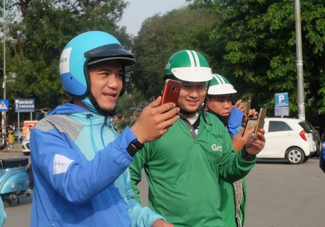 Nuối tiếc, hàng trăm tài xế xuống đường diễu hành trong ngày cuối cùng Uber ở Việt Nam - Ảnh 8.