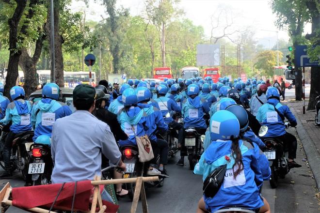 Nuối tiếc, hàng trăm tài xế xuống đường diễu hành trong ngày cuối cùng Uber ở Việt Nam - Ảnh 2.