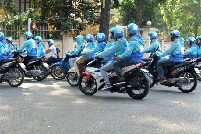 Nuối tiếc, hàng trăm tài xế xuống đường diễu hành trong ngày cuối cùng Uber ở Việt Nam - Ảnh 4.