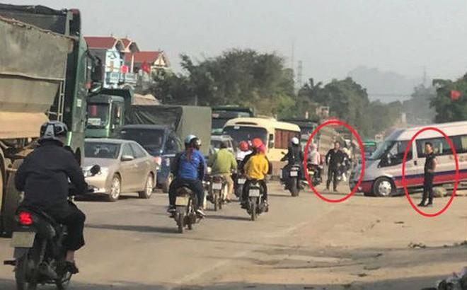 """Nhóm thanh niên lạ mặt """"phân luồng"""" cho xe tải chở đất, gây ách tắc đường mòn Hồ Chí Minh"""