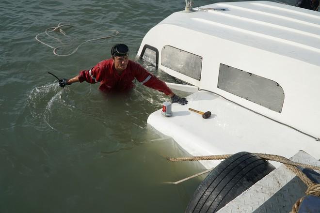 Tàu cao tốc chìm trên biển Cần Giờ do đụng vật thể lạ - Ảnh 1.