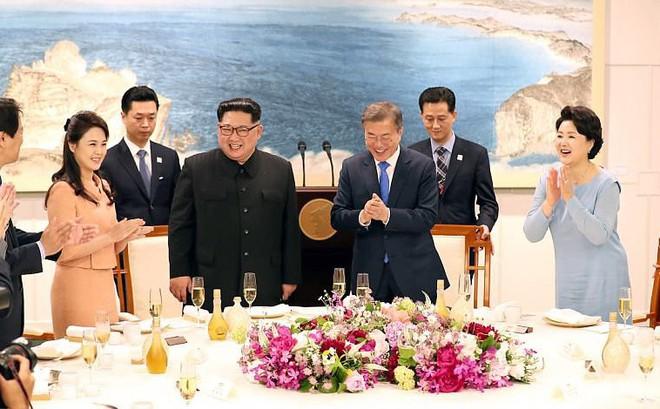 Hậu trường thượng đỉnh: Ông Kim Jong-un nhẹ nắm tay vợ, nhường phu nhân Hàn Quốc đi trước